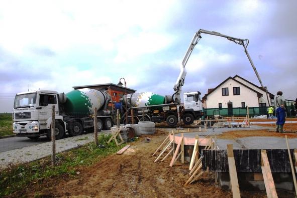 Kvalitní beton pro základy rodinného domu dodá Českomoravský beton.