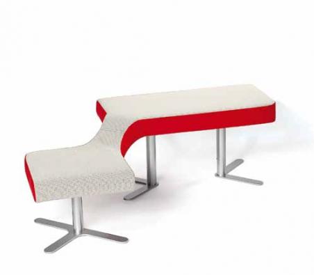 Polstrovaná lavice Bu.co pro veřejné prostory z kolekce Ai.ro navržené pro Polstrin Design.