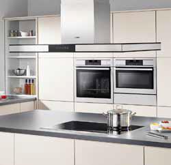 Estetická souhra tvarových elementů nové řady digestoří s vestavěnými spotřebiči AEG.