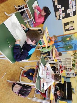 Děti ze 4. a 5. tříd základních škol, které jsou zapojeny do výtvarného projektu Hravý architekt 2014 – Děti na Pražském hradě, již s nadšením pracují na svých obrázcích.