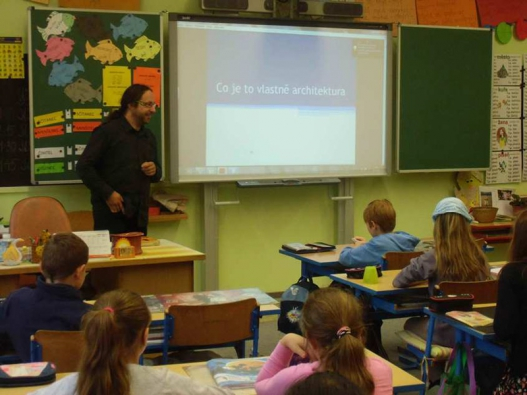 Děti ze Základní školy Jana Husa a Mateřské školy v Písku při edukační hodině s panem architektem Martinem Zborníkem.