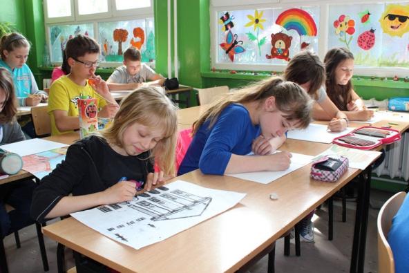 Děti z Wroclavi, ze školy Zespól Szskól Nr 10, Szkola Podstawowa pracují na svých obrázcích.