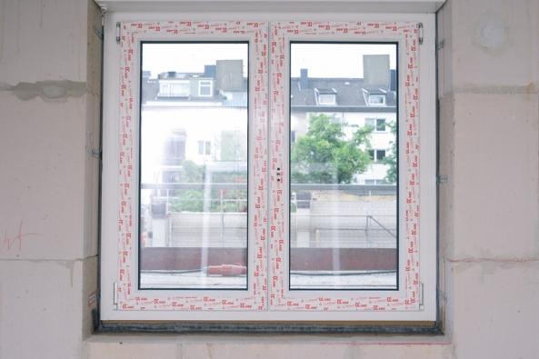 Normovaná montáž okna – komprimovaná páska illmod Trio+ (interiérové a exteriérové utěsnění svnitřní tepelnou izolací), parapetní část utěsněna membránou TwinAktiv.