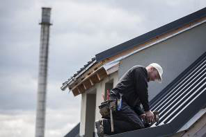 Správná montáž střechy má záruku až 50 let. Pouštět se do velké střechy svépomocí, klempíři nedoporučují.