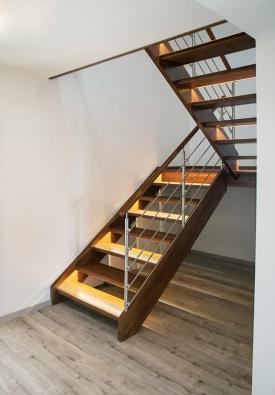 Moderní dřevěné schodiště s nerezovým zábradlím a LED osvětlením v nášlapech (SWN).
