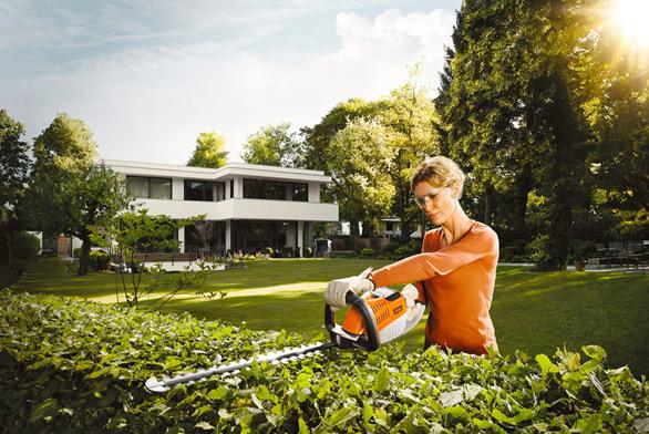 Tiché alehké elektrické zahradní nůžky HSA 66 jsou ideální pro příležitostné uživatele. Nabízí snadnou údržbu iobsluhu (STIHL).