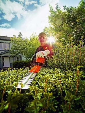 Velmi výkonné a přitom tiché akumulátorové zahradní nůžky HSA 86 pro údržbu živých plotů, keřů a jiné zeleně v oblastech citlivých na hluk (STIHL).