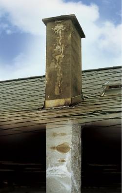 Starý komín může napáchat pěkné škody.