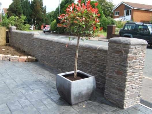 Pro zpevněné plochy existuje příbuzná technologie - dekorativní ražený beton.