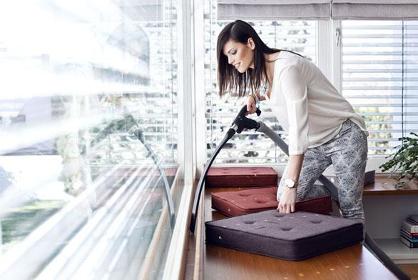 Štěrbinový nástavec flexibilní –  vynikající pro úklid nepřístupných míst zanábytkem, mezi matracemi avmístech, kam se sjiným nástavcem prakticky nedostanete.