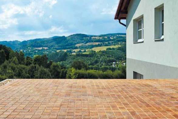 Díky neotřelému designu dřevěné špalíkové dlažby vypadá každá terasa velice atraktivně.