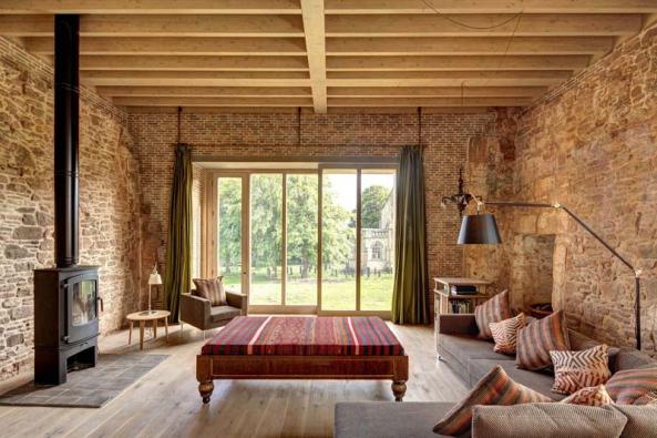 Vpřízemí se nachází 5 ložnic. Vybavení tvoří  jak historický, tak moderní nábytek, svítidla adoplňky – vše vcitlivě vybraných zemitých odstínech kamene, dřeva apálené hlíny.