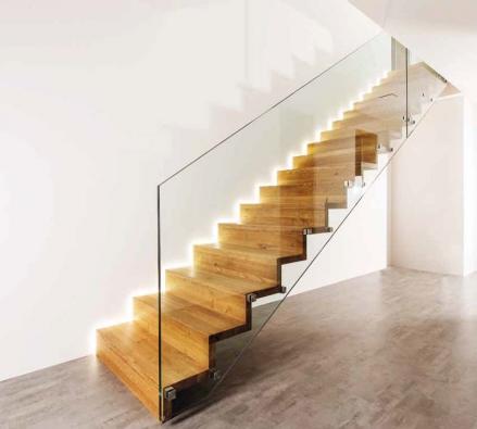 Samonosné dřevěné schodiště. Harmonie se skleněným zábradlím (SWN MoRAVIA).