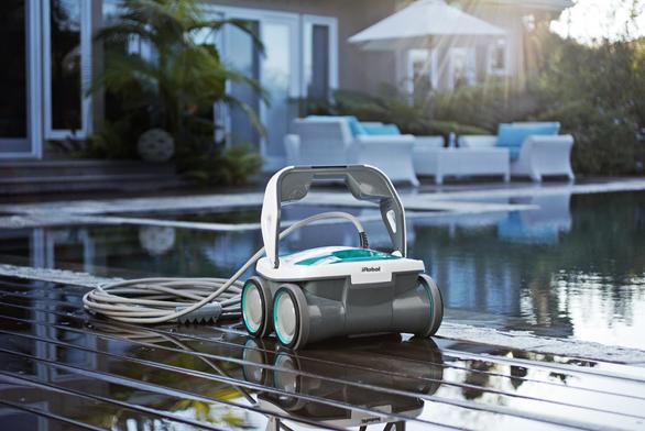 Robotický čistič bazénů iRobot Mirra stačí připojit kabelem ke zdroji elektřiny a vhodit do bazénu, o zbytek se postará sám. Více na www.irobot.cz.