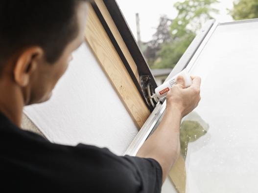 Jednou ročně doporučujeme promazat závěsy střešních oken.