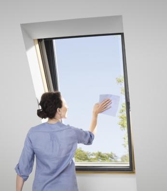 Střešní okna VELUX je možné jednoduše přetočit až o 160° a v této poloze pak závlačkou zajistit.