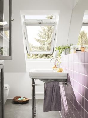 S mytím střešních oken doporučujeme začít na okenních rámech.