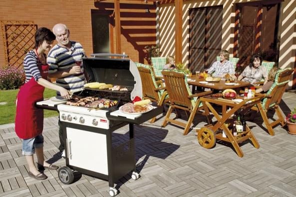 K úspěšné grilovací párty potřebujete tři prvky: kvalitní gril, kvalitní zahradní nábytek a kus rovného povrchu.