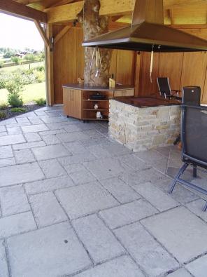 Pod střechou, a přece venku – tato originálně řešená letní kuchyně splní i ty nejnáročnější požadavky (PRESBETON).