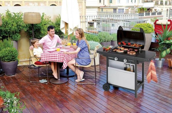 Kromě kamene, betonu či keramiky se dá na povrch terasy použít i dřevo, při grilování dejte pozor na žhavé uhlíky, nebo použijte plynový či elektrický gril (OBI).
