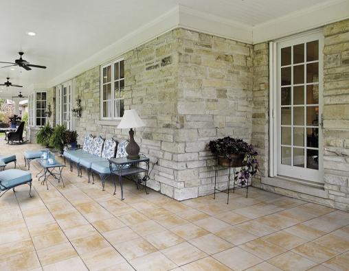 Velkoplošná dlažba v barevném provedení ARENO a kamenný obklad stěn tvoří romantickou kulisu pro letní stolování na čerstvém vzduchu (DITON).