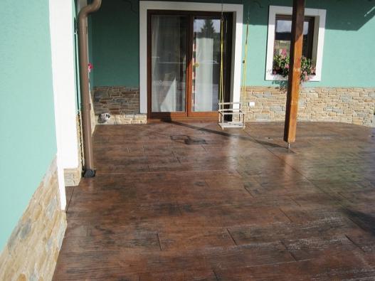 Dekorativní betonová podlaha vzniklá ražením dekorativního prvku speciálně vyrobenou PUR raznicí přímo do čerstvé betonové desky (CONDECOR).