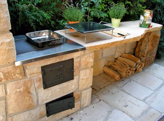 Autorská kamenná letní kuchyně tvrdého pískovce s velmi kvalitně zpracovanými detaily (www.hrdina-piskovce.cz).