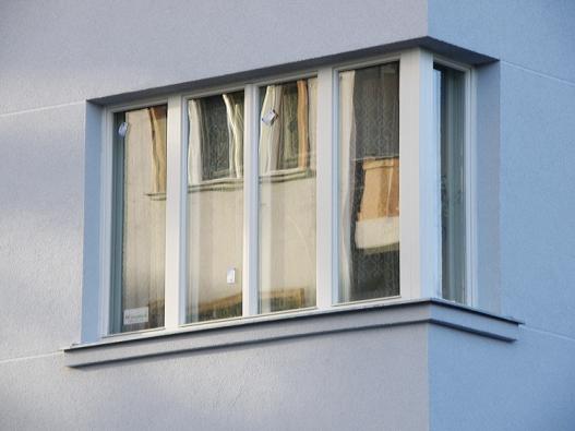 Rohové špaletové okno. Řešení vyhovuje voblastech zatížených hlukem (AZ EKOTHERM).