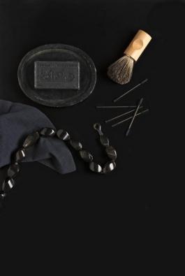 """Černá barva nemá sice 50 odstínů jako šedá, pro svou nadčasovost, eleganci auniverzálnost si však vmoderním designu udržuje nezastupitelné místo. Společnost DuPont, výrobce materiálu Corian®, vyvinula speciální technologii Deep ColourTM, určenou pro tmavé barvy. Přináší hluboké intenzivní odstíny, větší odolnost proti otěru asnazší opracování. Právě uvádí natrh novou černou sérii tohoto materiálu. Můžete si vybrat barvu """"černou jako uhel"""" (Deep Nocturne) nebo tři luxusní provedení, která jiskří stříbrnými aprůsvitnými krystalky (Deep Anthracite, Deep Night Sky) či dokonce částečkami ze slonoviny (Deep Black Quartz)."""