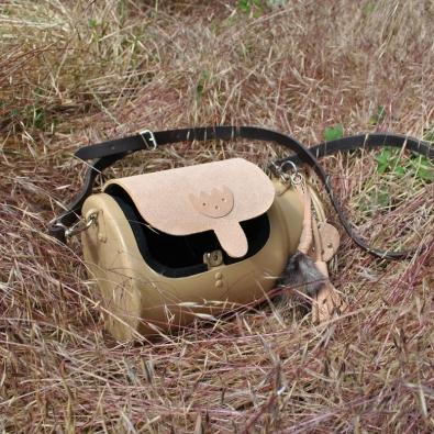 Třetí místo patří Kristýně Švestkové za předělání staré bandasky na mléko na originální kabelku.