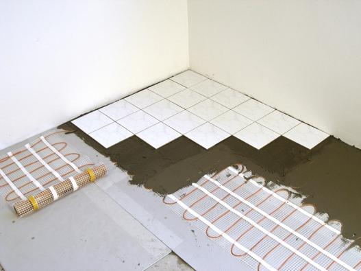 Topné rohože nebo topné panely je vhodné položit .naspeciální podlahovou  izolaci F – Board (FENIX)