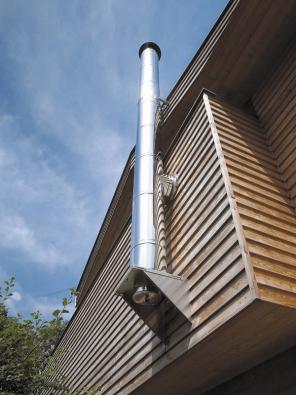 Při rekonstrukci topného systému je řešením také dodatečný komín vedený pofasádě (SCHIEDEL) .