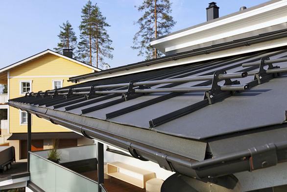 Hladký povrch švédských ocelových střech Ruukki bez viditelných spojovacích prvků připomíná tradiční falcované krytiny.