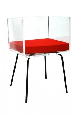 Akrylátová transparentní židle Cali (Acrila) z15mm akrylátového plexiskla sčerveným sedákem, cena 18220 Kč,  www.decoform.cz.