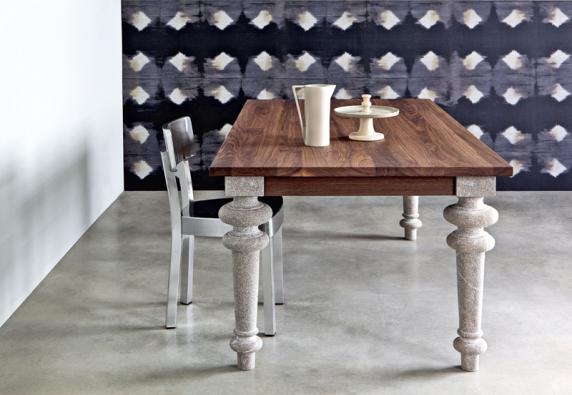Stůl Gray 33 (Gervasoni), deska zdubového dřeva nebo ze dřeva amerického ořechu, nohy zpřírodního kamene, rozměr  240 x 100 cm, cena 88483 Kč, www.brandstores-gervasoni.de.