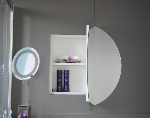 Menší úložný prostor na drobnější hygienické akosmetické přípravky je za levou částí zrcadla.