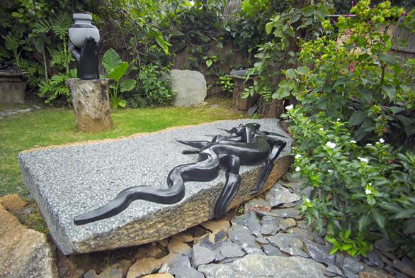 Cestu dozahrad vČesku si nacházejí iexotické kamenné sochy, které tesají umělci vAfrice. Autorem téměř dvoumetrové sochy ještěrky je sochař Cloudious Muhomba zumělecké komunity Tengenenge vZimbabwe.
