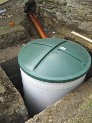 Domovní čistírny MICROCLAR řady AT se osazují dopřipraveného výkopu navodorovnou základovou betonovou desku tloušťky cca  5–20cm tak, aby vrchní hrana nádrže vyčnívala 5–10cm nad terén (USBF TECHNOLOGY).