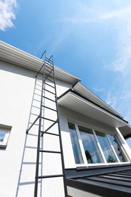 Bezpečnostní prvky zajišťují ochranu osob při údržbě střechy. Žebříky pak představují základní únikové cesty při požáru (RUUKKI).