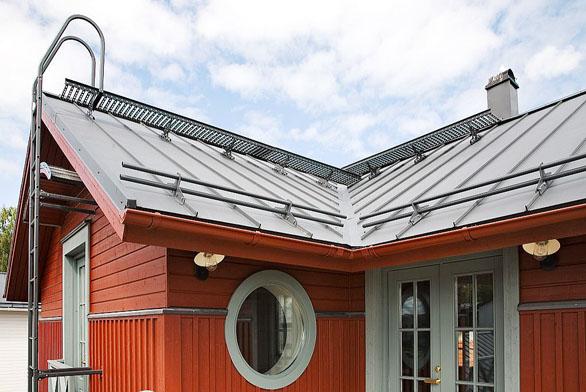 Bezpečnostní prvky (žebříky, střešní lávky asněhové zábrany) Ruukki jsou vhodné pro všechny typy střešních krytin.
