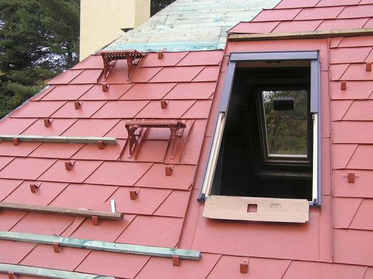 Stoupací plošiny pomáhají řemeslníkům nejen při údržbě aopravách, ale mohou sloužit ipři bezpečné montáži nové střešní krytiny, osazení  střešního okna atd. (PREFA).