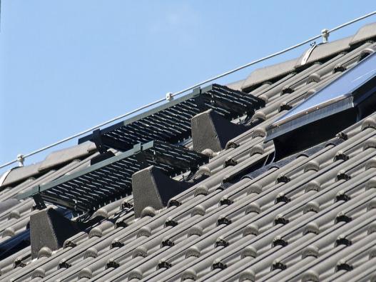 Pro snadný abezpečný přístup kekomínům, anténním stožárům, slunečním kolektorům atd. slouží kompletní střešní plošina  (KM BETA).