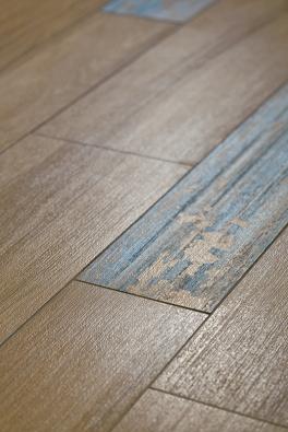 """Vzhled opotřebovaného dřeva patří kaktuálním trendům. Ukázka je ze série Board, slinuté kalibrované dlaždice 20 x 120cm jsou na výběr jako přírodní,  smodrým nebo bílým """"nátěrem""""."""
