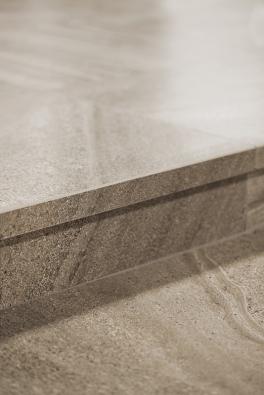 Série Random obsahuje kromě základní dlaždice 60x 60cm také schodové tvarovky. Umožňuje tak vytvořit  jednolitou podlahu, která pokračuje na schodiště apod. (www.rako.cz) .