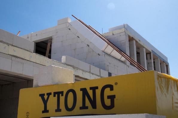 """Stavba z Ytongu je v podstatě """"stavebnicí pro dospělé"""", u níž se s přesným skládáním a napojením dílů napříč celým domem předem počítá."""