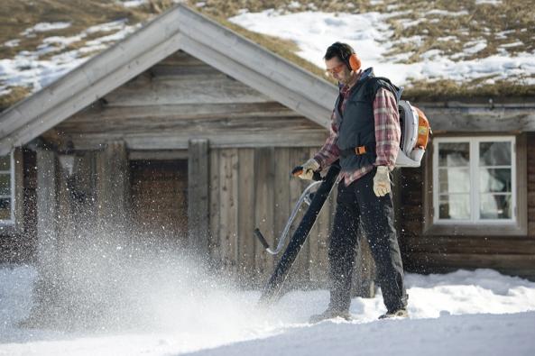 Mimořádně silný zádový foukač Stihl BR 600 sextrémně vysokým průtokem vzduchu lze využít nejenom naodklízení sněhu, ale ipro rychlé ahospodárné odstranění posečené trávy aořezaných větviček, listí aodpadků navelkých plochách (STIHL).