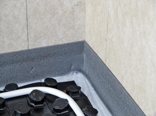 Detail systémové desky srozvody teplovodního topení adilatačním pásem. Výšku vrstvy cementového potěru Cemflow určuje pevnostní třída hmoty atloušťka istlačitelnost izolační vrstvy (Českomoravský beton).