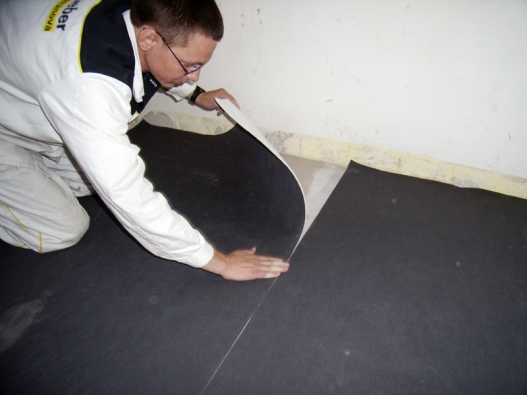 Systém weber.sys acoustic výrazně tlumí hluk avyhovuje ipředpisům pro rekonstruované podlahy. Sestává ze samonivelační hmoty weber.sys regreáge, lepidla aakustické fólie. Následuje položení dlažby (Weber Terranova).