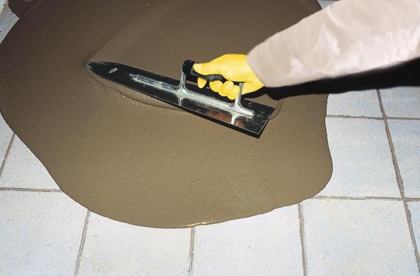 Překážkou není ani stará dlažba. Případné nerovnosti se srovnají podlahovou hmotou weber.floor 4160, povrch se napenetruje apozaschnutí se nadlažbu nalije aroznese nivelační stěrka (Weber Terranova).