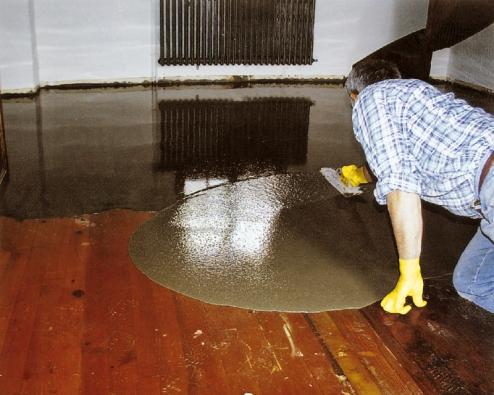 Jednosložkovou samonivelační podlahovou hmotu nabázi cementu weber.niv dur lze při dodržení technologického postupu bez problému aplikovat inastávající dřevěnou podlahu (Weber Terranova).